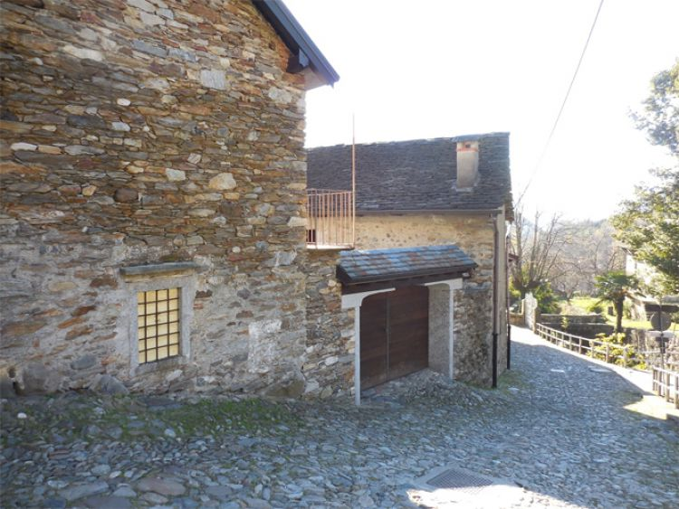 V Itálii, v blízkosti Lake Mergozzo starý bytového komplexu.