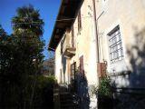 V Itálii, v blízkosti Lake Mergozzo starý bytového komplexu. 5