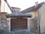 V Itálii, v blízkosti Lake Mergozzo starý bytového komplexu. 2