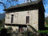 V Itálii, v blízkosti Lake Mergozzo starý bytového komplexu. 12