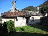 V Itálii, v blízkosti Lake Mergozzo starý bytového komplexu. 11