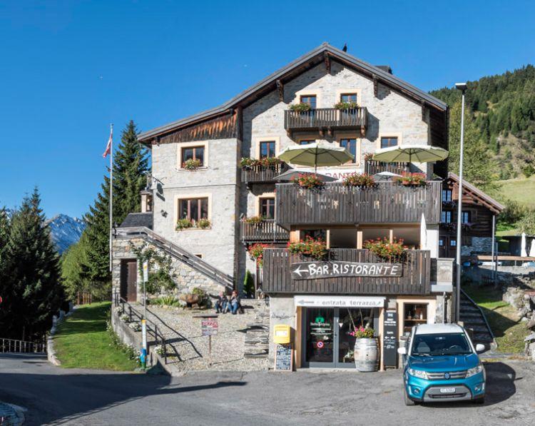 Hotel ve Švýcarsku poblíž jezera Maggiore a pohoří Gottard.