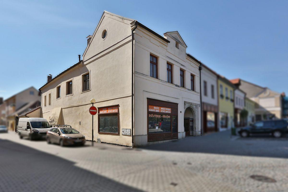 Měšťanský rohový dům s komerčními prostory