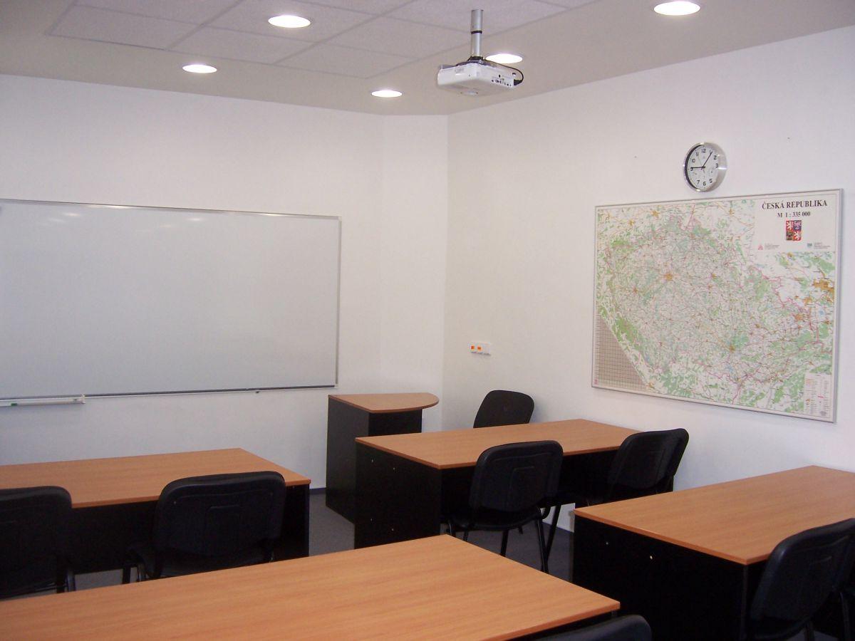 Učebna, školící, jednací nebo konferenční místnost k pronájmu.