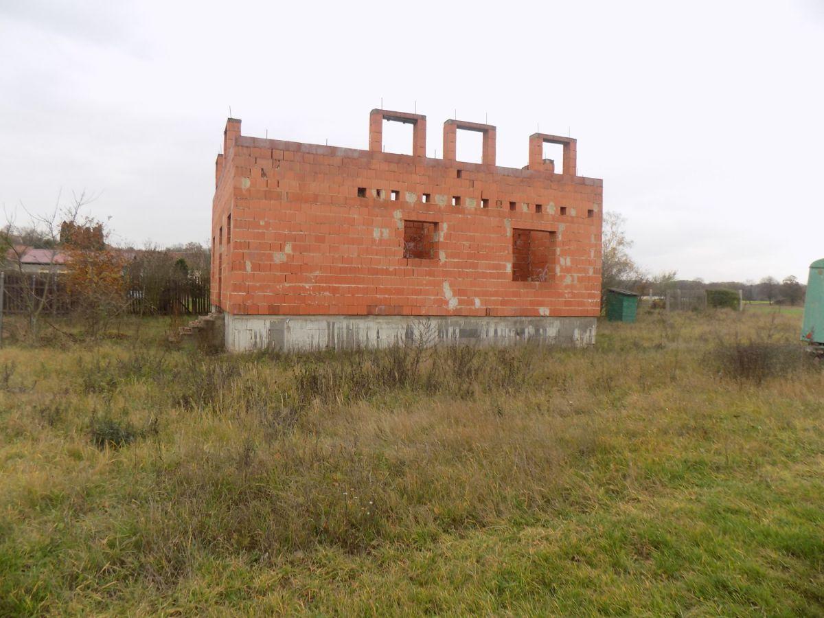 Prodej pozemku s rozestavěným RD Tišice ( Kozly ) okr. Mělník