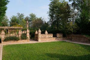 Nedaleko Milána nedaleko Cremony, staré jedinečné vily. 14