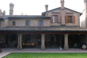 Nedaleko Milána nedaleko Cremony, staré jedinečné vily. 1