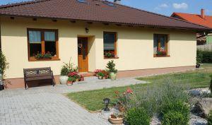 Kvalitní přízemní RD 4+kk se zahradou a bazénem, Svojetice, Praha východ 2