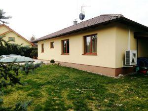 Kvalitní přízemní RD 4+kk se zahradou a bazénem, Svojetice, Praha východ 17