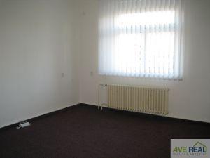 Pronájem kanceláře (19m2) + spol. místnost (12m2) + kuchyňka + soc. zař., Praha 10 (Hostivař) 2