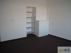 Pronájem kanceláře (19m2) + spol. místnost (12m2) + kuchyňka + soc. zař., Praha 10 (Hostivař) 3
