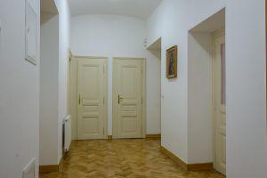 Kompletně zařízený, krásný , slunný byt k pronájmu na Praze 2 10