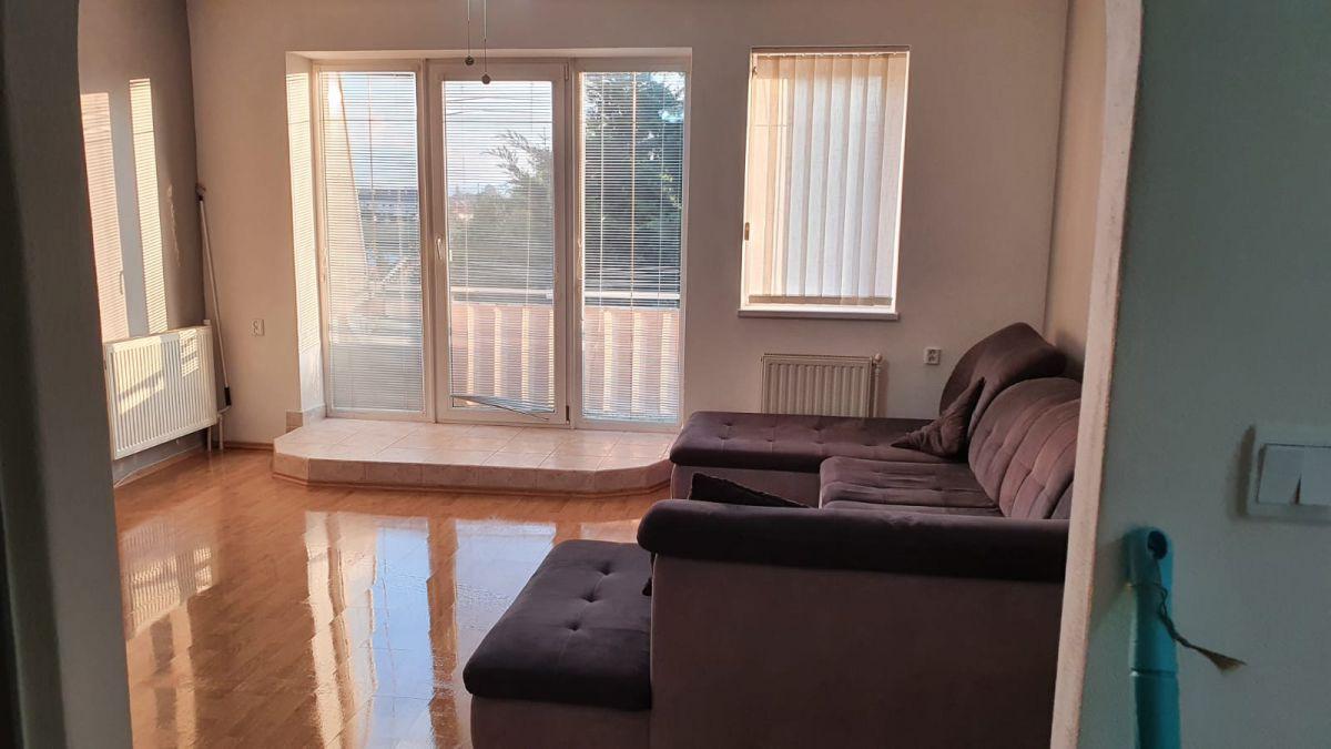 Nabízíme k prodeji krásný cihlový byt v osobním vlastnictví o dispozici 3+1 s výměrou 76 m2 + balkon 3,2 m2 + garáž pod domem + sklep 31 m2.