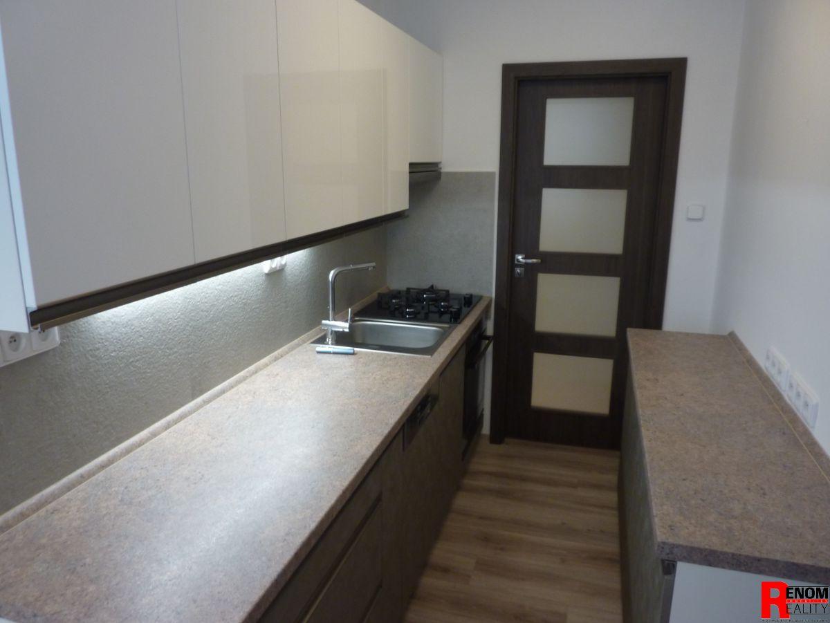 Prodej zrekonstruovaného bytu 3+1 s lodžií a zděnou garáží na Plešivci v Českém Krumlově.