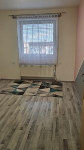Nabízíme k prodeji krásný cihlový byt v osobním vlastnictví o dispozici 3+1 s výměrou 76 m2 + balkon 3,2 m2 + garáž pod domem + sklep 31 m2.  8