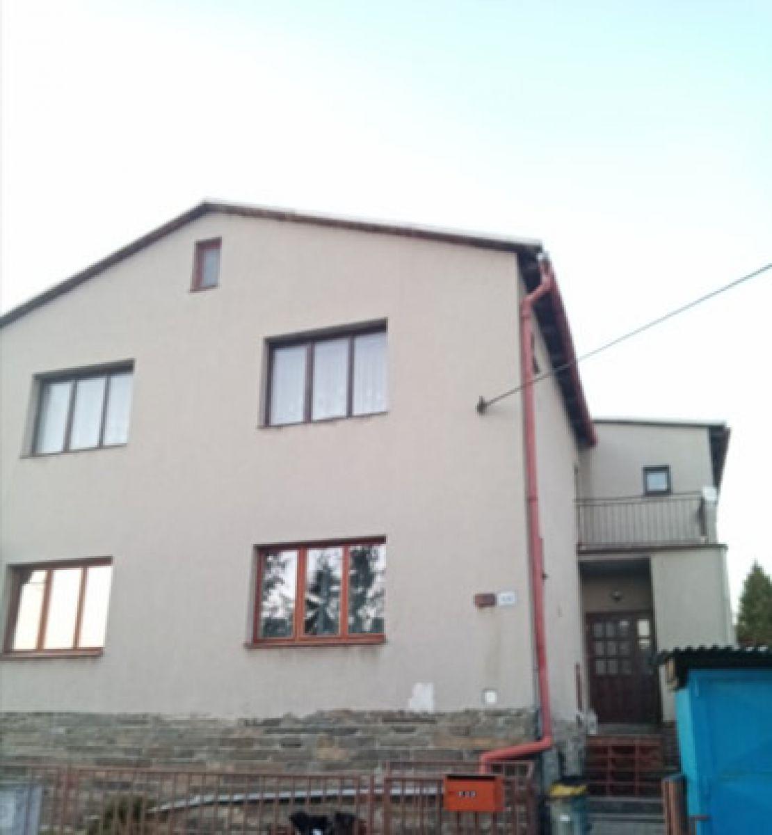 RD K PRODEJI. Dvougenerační - samostatně stojící/ 2 garáže. Užitná plocha 250 m², pozemek 2 390 m².
