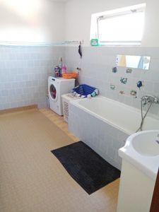 RD K PRODEJI. Dvougenerační - samostatně stojící/ 2 garáže. Užitná plocha 250 m², pozemek 2 390 m². 6